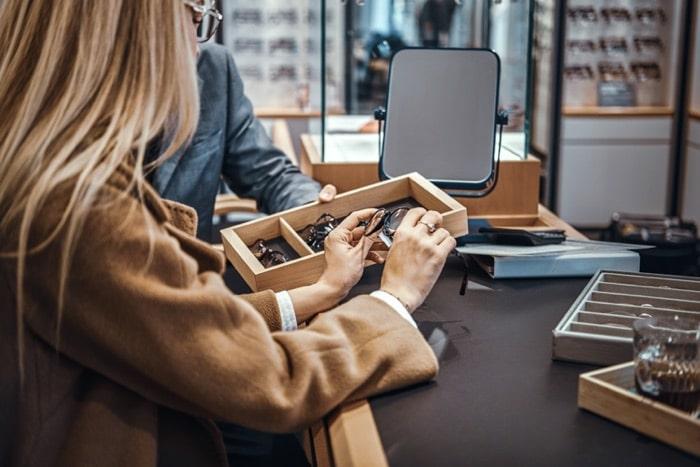 Consulenza al cliente e selezione degli occhiali in un negozio di ottica