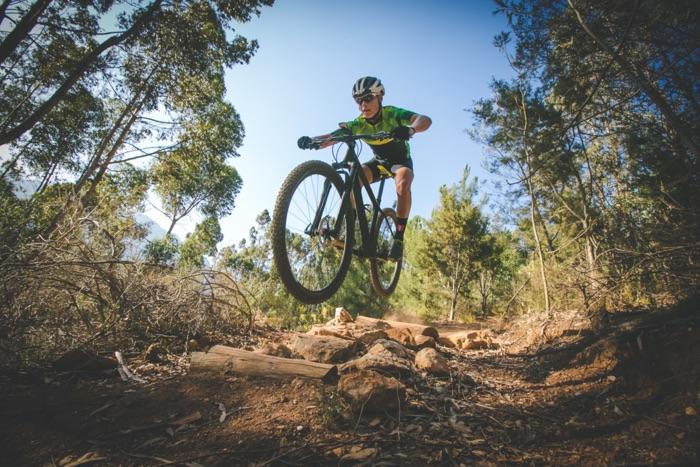 MTB downhill biker con occhiali da mountain bike durante una competizione sportiva