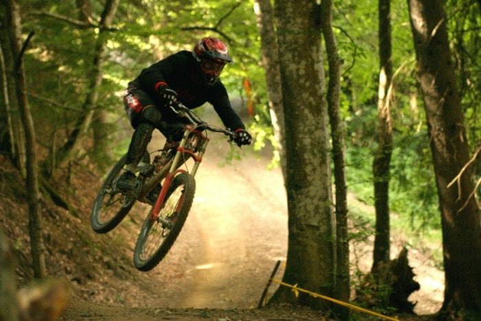 Motociclisti in discesa su strada nella foresta con gli occhiali da MTB ottici di SK-X