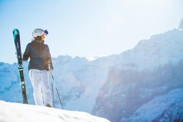 Uno sciatore che indossa occhiali SK-X