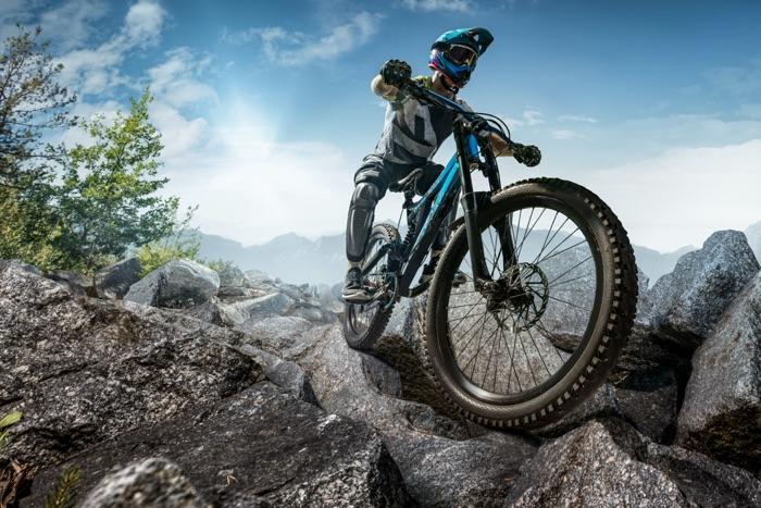 MTB-Fahrer mit Mountainbike in steinigem Gelände unterwegs