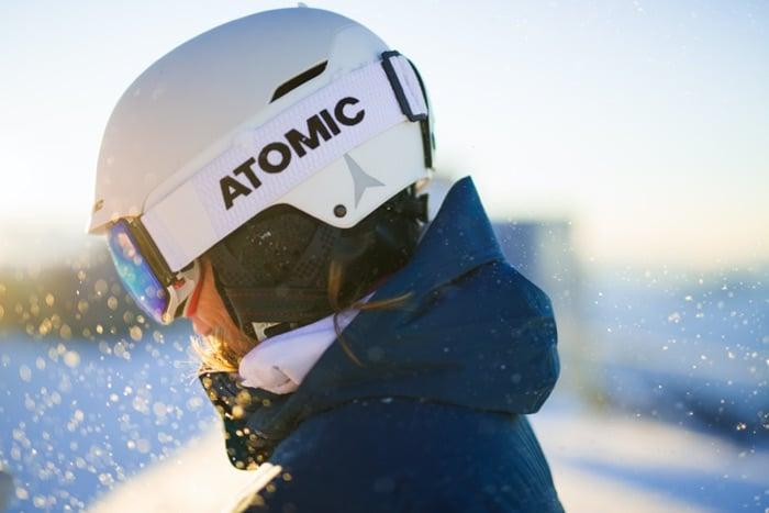 Skifahrerin mit Skihelm und Skibrille mit optischen SK-Gläsern