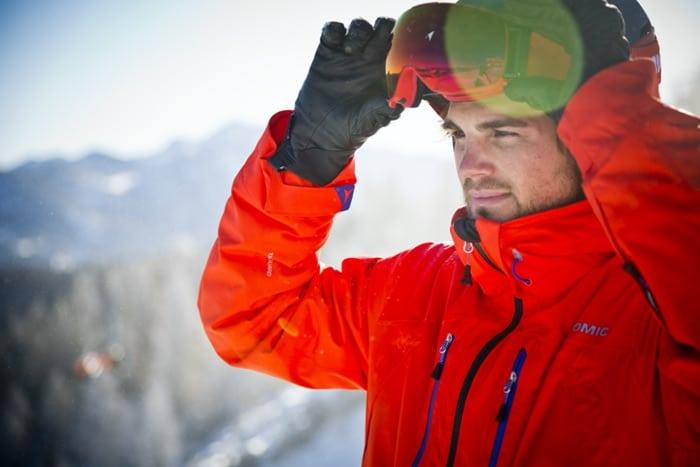 Skifahrer beim Anlegen einer Skibrille mit Sehstärke von SK-X