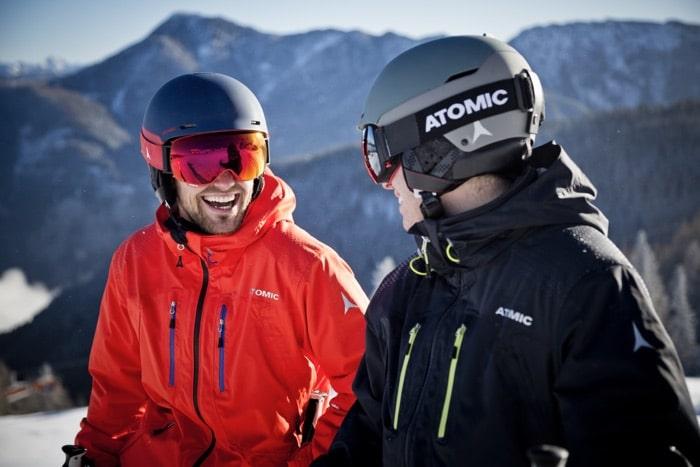 Zwei Skifahrer mit Skibrillen mit Sehstärke für bessere Sicht von SK-X