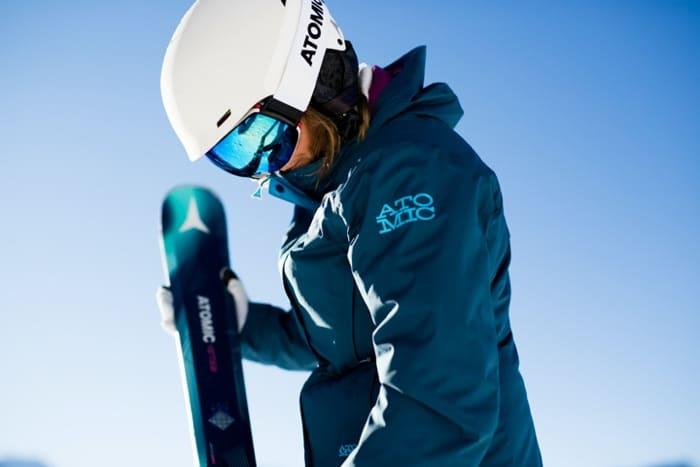 Skifahrerin mit einer optischen Skibrille von SK-X, die für gute Sicht sorgt