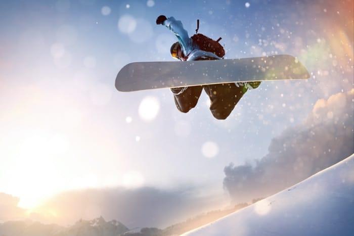 Snowboard Fahrer in Action mit optischer Snowboardbrille